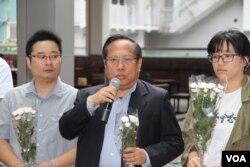 支联会主席何俊仁五四百年在国殇之柱前讲话(美国之音记者申华拍摄)