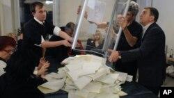 Thành viên ủy ban bầu cử kiểm phiếu tại một phòng phiếu ở Kiev, Ukraina