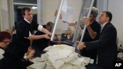 Oposisi Ukraina mengancam akan memboikot parlemen baru negara itu atas dugaan kecurangan pemilu yang dilaksanakan 28/10 lalu.
