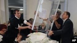 Suasana perhitungan surat suara yang masuk di salah satu TPS di Kiev, Ukraina (Foto: dok). Ketua komisi pemilu Ukraina mengisyaratkan perlu adanya pemungutan suara ulang di beberapa distrik utama negara itu, Jum'at (2/11).