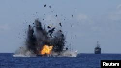 印尼海軍摧毀被指控非法捕撈而被扣押的19艘外國漁船,其中有一艘中國漁船(2015年5月20日)