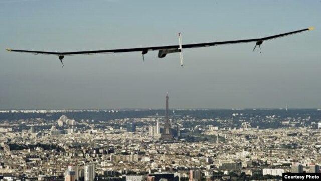 Solar Impulse flying over Paris in 2011. (© Solar Impulse | Jean Revillard )