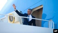 바락 오바마 미국 대통령이 전용기에 오르고 있다. (자료사진)