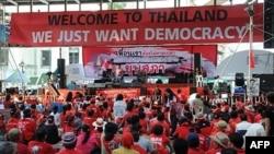 Người Áo Ðỏ tập họp nghe lãnh tụ Nattawut Saikuatrong phát biểu tại cuộc biểu tình đang diễn ra ở trung tâm Bangkok ngày 20 tháng 4, 2010