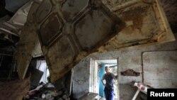 Warga mengamati bangunan yang hancur dilanda banjir bandang di kota kecil Krymsk wilayah Krasnodarsky, Rusia, (8/7).