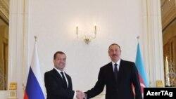 Rusiyanın Baş naziri Dmitri Medvedev və Azərbaycan prezidenti İlham Əliyev