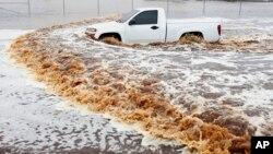 Un camion emporté par les flots lors des inondations à Phoenix le 8 septembre (AP)