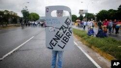 La oposición venezolana planea una movilización hacia la Defensoría del Pueblo en Caracas, el lunes, 29 de mayo de 2017.