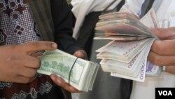 صراف های افغان می گویند که انتقال غیر قانونی دالر از افغانستان به ایران در حال افزایش است