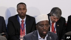 Tổng thống Somalia Sheikh Sharif Ahmed (giữa) tại London, ngày 23/2/2012