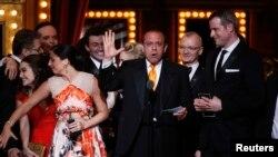 Joey Parnes (au c.) acceptant le Tony Award pour « A Gentleman's Guide to Love and Murder », dimanche à New York