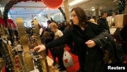 Des acheteurs au grand magasin Macy's à New York, l'un des commerces qui sera ouvert une partie du jour de Thanksgiving