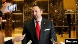 Jason Miller parle aux médias dans l'entrée de la Trump Tower à New York,le 16 novembre 2016.