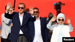Tổng thống Thổ Nhĩ Kỳ Tayyip Erdogan và vợ, bà Emine Gulbaran, tham dự cuộc mít tinh Dân chủ và Tử vì đạo do ông tổ chức với sự hậu thuẫn của Đảng Công lý và Phát triển (AKP), các đảng đối lập Cộng hòa Nhân dân (CHP) và Phong trào Dân tộc chủ nghĩa (MHP).