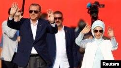Presiden Turki Recep Tayyip Erdogan dan istrinya, Emine Gulbaran menghadiri rally massa di Istanbul hari Minggu (7/8) yang dihadiri sejuta lebih warga Turki.