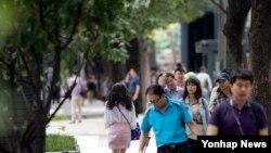 무더위가 한풀 꺾인 26일 서울 세종대로 사거리 인근에서 시민들이 선선한 바람을 맞으며 걷고 있다.