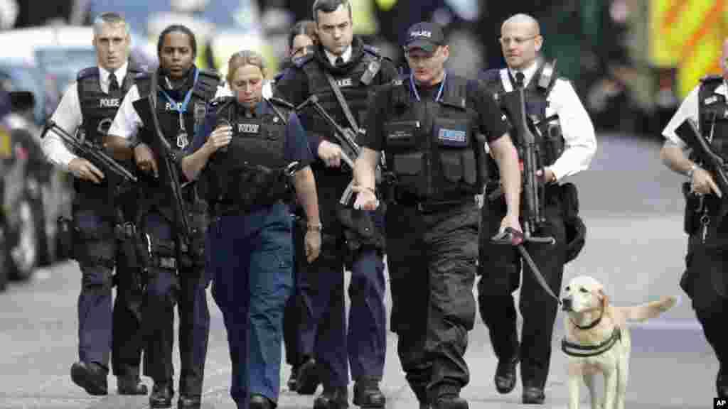 Les policiers patrouillent avec un chien après une attaque sur le London Bridge, le 4 juin 2017.
