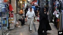Sebuah pasar di Tajrish, Teheran utara (foto: dok). Ekonomi Iran mulai bangkit setelah sanksi-sanksi dicabut.