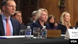 2018年2月15日,美国职业外交官代助理国务卿董云裳(中)在美国国会参议院外交委员会提名听证会上。(美国之音记者扬之初拍摄)
