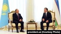 O'zbekiston Prezidenti Shavkat Mirziyoyev (o'ngda) Qozog'iston rahbari Nursulton Nazarboyev bilan