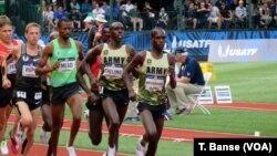 Wanariadha wa jeshi la Marekani Shadrack Kipchirchir na Paul Chelimo washindana kwenye mbio za majaribio ya kuchagua timu ya Olimpiki 2016.