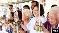 台湾新领导人蔡英文在传统节日端午节期间深入民间,与民众一起包粽子(蔡英文脸书)。