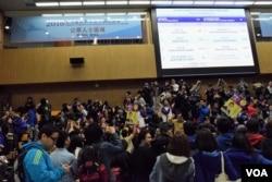 多位候選人的支持者在新東補選新聞中心的公眾席聚集看開票結果。(美國之音湯惠芸攝)