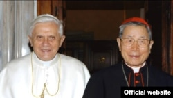 單國璽樞機(圖右)生前曾與教宗本篤十六世合照(照片來源﹕天主教台灣主教團網站)