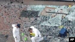 Des enquêteurs sur le site des explosions à Boston