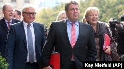 (Soldan sağa) Sosyal Demokrat Parti'nin Eski Başbakan adayı Peer Steinbrück, parti eski lideri Frank-Walter Steinmeier, partinin şimdiki lideri Sigmar Gabriel and Kuzey Ren Vestfalya eyaleti Başbakanı Hannelore Kraft 'Büyük Koalisyon' görüşmelerinin ilki için CDU Lideri ve Başbakan Angela Merkel'le görüşmeye giderken