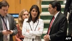 Nikki Haley discute avec son homologue israélien Danny Danon avant le vote de l'Assemblée générale de l'Onu, New York, le 13 juin 2018.