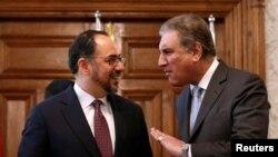 پاکستان کے وزیرِ خارجہ شاہ محمود قریشی افغان ہم منصب صلاح الدین ربانی سے گفتگو کر رہے ہیں۔ (فائل فوٹو)