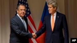 美国国务卿克里(右)与俄罗斯外长拉夫罗夫在苏黎世就叙利亚问题举行会谈前握手。(2016年1月20日)