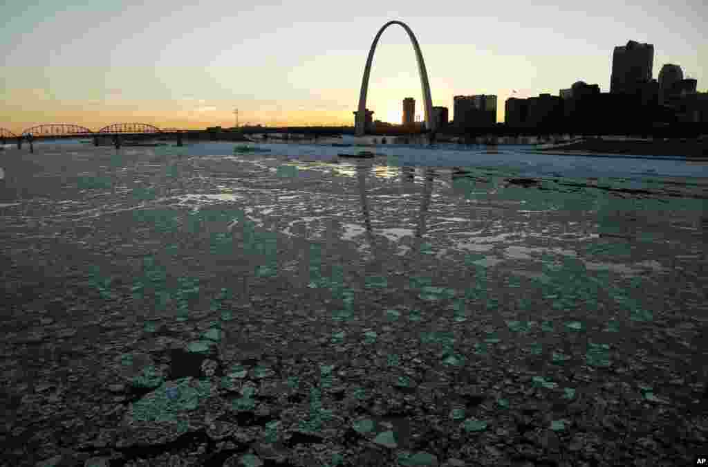 Ice in the Mississippi River flows past the Gateway Arch in St. Louis, Missouri, Jan. 7, 2014.