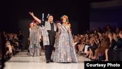 Ivan Gunawan (depan kiri) dan koleksi JAJAKA yang baru ditampilkan di Los Angeles Fashion Week pada hari Sabtu malam (1/10).