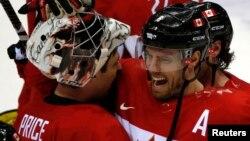 在索契冬奧會星期五的冰上曲棍球準決賽中,加拿大男子隊以1比0擊敗美國隊,賽後球員興奮擁抱一起。