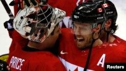 Vận động viên Shea Weber (phải) và thủ môn Carey Price của đội tuyển Canada ăn mừng chiến thắng bán kết trước đội tuyển Mỹ 21/2/2014