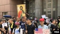 8月31日大批市民手持標語參加宗教團體舉行的祈禱會。(攝影: 美國之音湯惠芸)