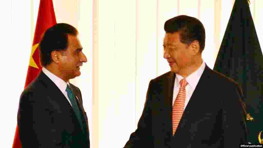 پارلیمان میں چینی صدر اسپیکر قومی اسمبلی ایاز صادق سے مصافحہ کر رہے ہیں۔