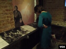 展覽中的一名參觀者(美國之音白樺拍攝)