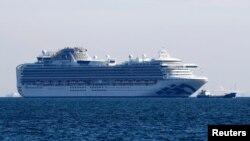 日本游轮钻石公主号的乘客被查出10人感染新冠病毒后该游轮停泊在横滨港外。(2020年2月5日)