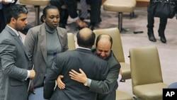 利比亚驻联合国副大使含泪拥抱大使