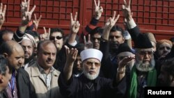 Tahir-ul Qadri, center, leader of Mihaj-ul-Quran movement, speaks before a protest march from Lahore to Islamabad, January 13, 2013.