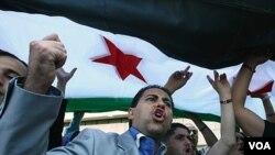 Pihak oposisi Suriah melambai-lambaikan bendera nasional mereka setelah mengakhiri pertemuan dua hari di kota Antalya, Turki (2/6).