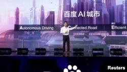 百度的聯合創始人,董事長兼首席執行官李彥宏2018年11月1日在北京舉行的百度世界大會和展覽會上展示百度最新的人工智能技術。