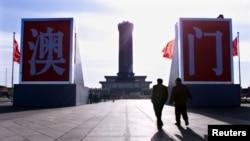北京天安門廣場上樹起的澳門二字。