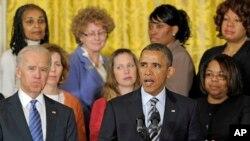 Tổng thống Obama và cha mẹ của các trẻ em bị giết trong vụ nổ súng mới đây đứng sau ông.