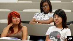 Desde 2009, la tasa de abandono escolar cayó 30% para niñas hispanas, y la de graduación en universidades de cuatro años subió un 3,1% para latinas entre 2009 y 2012.