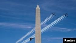 Seekor burung terbang di dekat Monumen Nasional AS,saat pesawat Angkatan Laut AS (Blue Angels) dan Angkatan Udara AS (Thunderbirds) membentuk formasi sebagai penghormatan kepada para petugas medis di tengah pandemi Covid-19, di National Mall Washington DC, 2 Mei 2020.(Foto: dok).