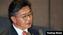 홍용표 한국 통일장관이 14일 국회 본회의에서 진행된 외교통일안보 분야 대정부질문에서 답변하고 있다.